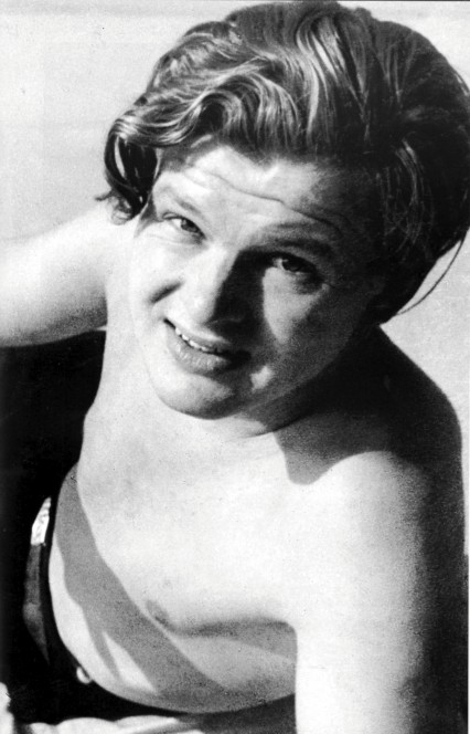 [Obrazek: Young-Benny-Hill-topless-426x664.jpg]