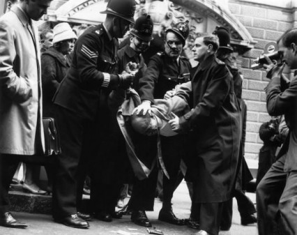 The police struggling with Lucky Gordon 1st April 1963