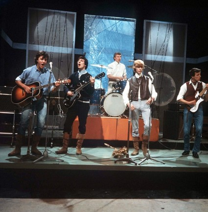 Davie Jones and the King Bees performing in 1964