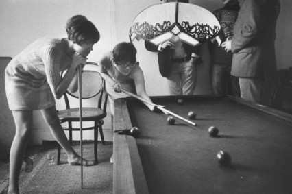 girls-in-pub-playing-pool-1966